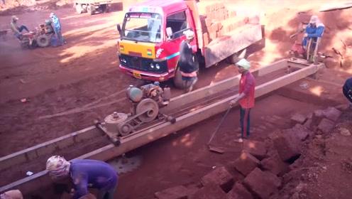 原来印度泥土是这样切割成块使用的,长见识了