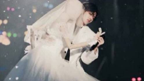 蔡徐坤演绎极致浪漫婚礼,与穿婚纱人偶浪漫共舞