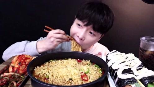 韩国熙哥吃泡面和紫菜包饭,吃面吃的这么香让人太有食欲了!