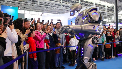 能唱神曲说方言还会喷水!超炫酷泰坦机器人亮相数博会