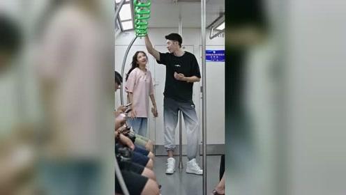 街拍:为什么女生都喜欢高高帅帅的小哥哥!