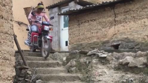 开摩托车下楼梯,有点难度