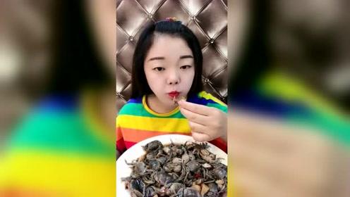 小姐姐生吃发财蟹,一口嚼一个,牙口好得让人嫉妒了