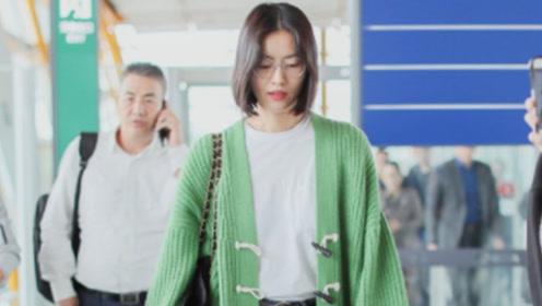 31岁刘雯气质感超然,穿绿色开衫配牛仔裤清爽时髦,素颜状态真好
