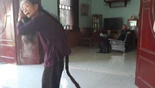 """68岁奶奶二十年没剪过头发,长达数米,乍一看以为是条""""蛇"""""""