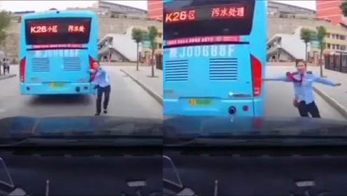 公交突然溜车,女司机尝试阻车一路狂奔:误触手刹