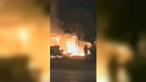 无锡一小吃店起火殃及旁边两家店铺 55名消防员连夜救援