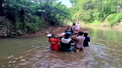 海南:司机避让四轮车致客车坠桥,群众自发救人2人当场死亡