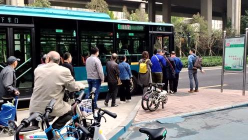 市民自觉排30米等公交车,不好意思插队