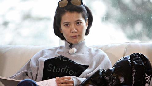袁咏仪拍照保留皱纹自然真实, 岁月从不败美人如今状态好似少女!
