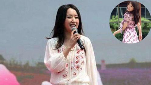 杨钰莹48岁了还是不服老 穿粉色碎花裙甜美优雅 长发披肩好温柔
