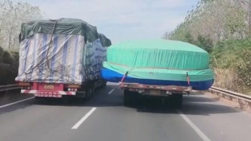 """这车货超宽了,拉一个大型的""""帽子"""""""