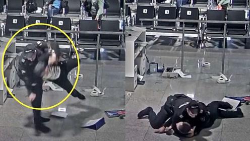 """保安果断抱摔制服!实拍:俄乘客误机狂砸机场设施被""""甩飞""""制服"""