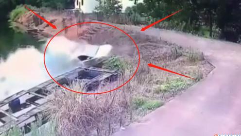 哭笑不得的事故!男子倒车调头直接把车倒进湖里洗了个澡,监控记录精彩瞬间