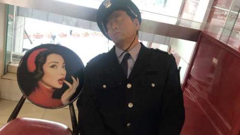 """超逼真!这个""""保安""""上班睡觉却火了,游客近看竟是蜡像"""