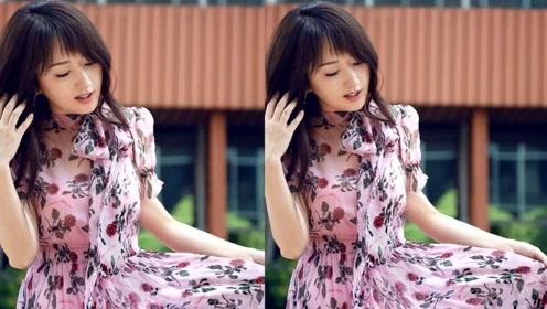 杨钰莹穿粉色印花长裙晒美照 低头撩发笑容甜美气质迷人