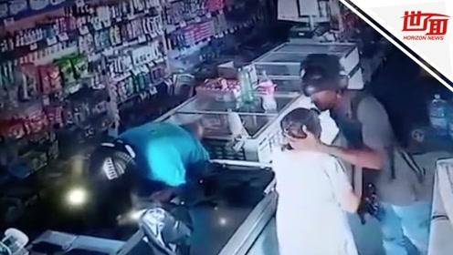老人遇抢劫主动上交财物 劫匪的反应令人震惊