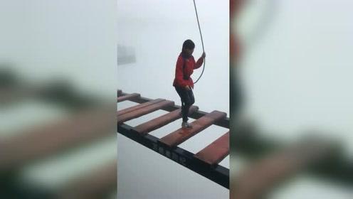 才三四百米高,不用怕有绳子呢!给小姐姐点赞