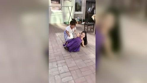 家馨和妹妹打架,接下来的一幕搞笑了