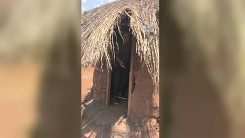 非洲很原始的房子,墙都是泥糊的房顶,她们条件真的太艰苦了!