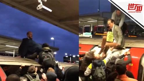 现场:抗议者爬上地铁车顶示威 被愤怒的乘客拖下来暴打