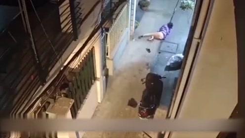 深夜女子刚到家门口,男子尾随突然动手,下一秒让人无语!