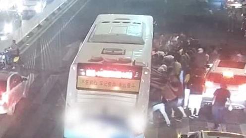 暖心一幕!2女子闯红灯被压公交车底,30多人赶来抬车营救