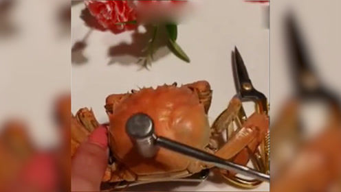 原来吃螃蟹前还有这操作,这一幕把我看愣了,还是第一次见到!