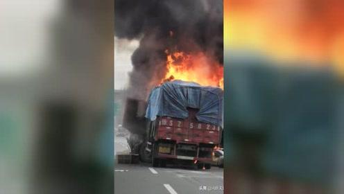 沪陕高速六叶段六车追尾四车着火 现场浓烟滚滚道路封闭