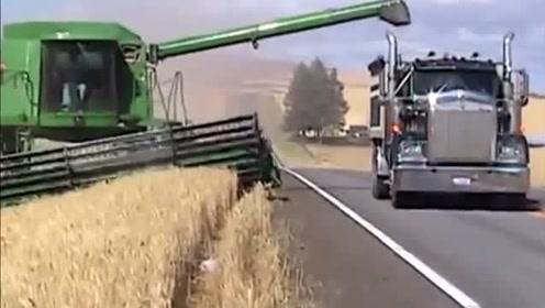 这技术!卡车在公路上就把小麦装车完毕!