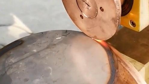 第一次见这种焊接机械技术,谁知道这是利用什么原理?