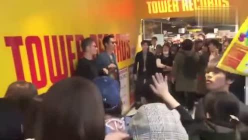 林志玲老公AKIRA在日本的人气火爆!粉丝人山人海!