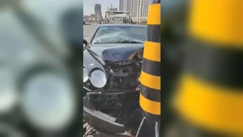 """800万宾利撞灯杆""""毁容"""" 保险公司报警:怀疑司机故意为之"""