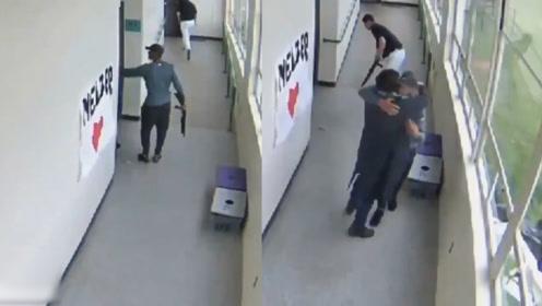 英勇!美高中生持枪闯进教室 体育老师枪口下这一抱救了全班学生