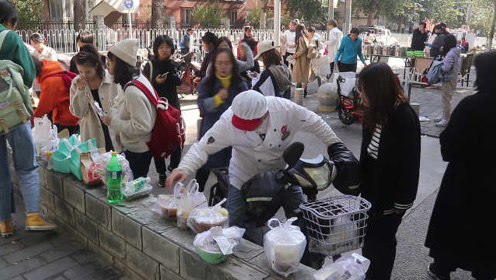 外卖骑手没把餐品送手上,有人理解有人反对