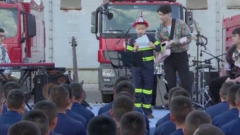 感人!儿子念给消防员爸爸的信:我并不希望我的老爸是超级英雄