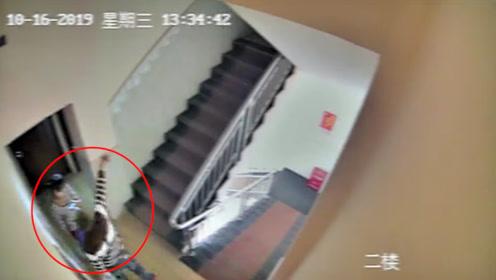 男子酒后起色心欲持刀强奸服务员 警方迅速追踪破门而入一举拿下