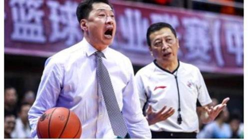 真暴躁! 李春江不满裁判判罚,气得怒砸篮球,结果被裁判警告