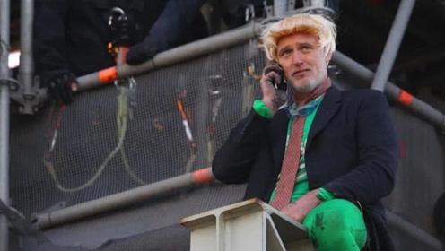 金色假发绿色裤子!英环保组织成员扮约翰逊爬上大本钟抗议