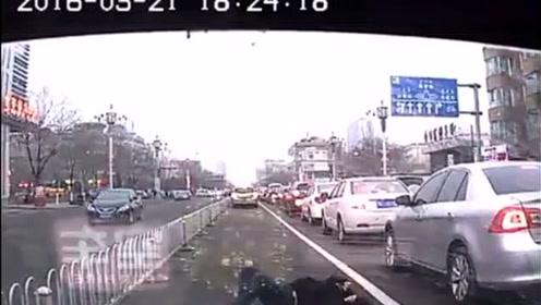"""出租车遇到""""鬼探头"""",胖女孩横穿马路被撞飞"""