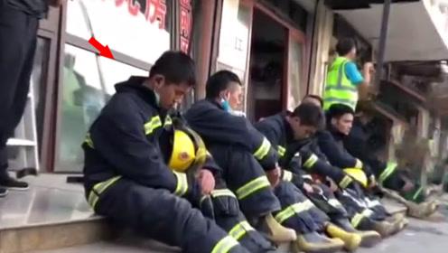 心疼!无锡消防员持续抢险后路边秒睡 网友:辛苦了