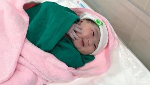 刚出生的宝宝从严密包裹伸出一只小手摸摸自己,萌爆了!