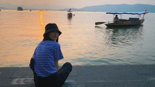 刘雯着条纹T恤配渔夫帽湖畔闲逛 夕阳下画面唯美气质优雅