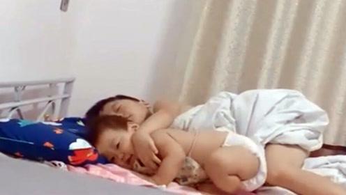 哥哥正在睡觉,以为妹妹来捣乱,接下来一幕却意想不到地暖心