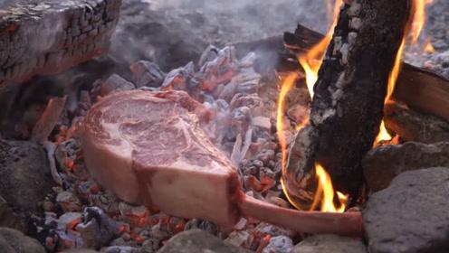 教你挖个土坑就烤肉,还以为会沾满泥土,看到油滋滋冒泡我馋了