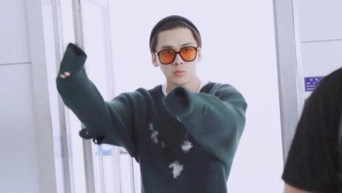 李易峰身穿绿色破洞毛衣嘻哈范足 墨镜毛线帽时尚帅气