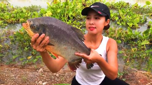 农村妹子野外钓鱼,钓了一条有大牙齿的鱼