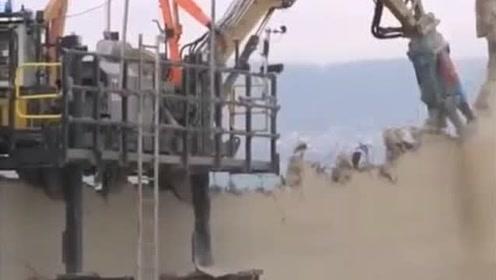 挖掘机直接骑在墙上搞拆除,这塔太大了