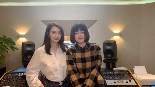 48岁洪欣近照曝光,端庄优雅现身录音室,要跨界当歌手?