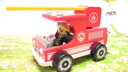 小小消防员驾驶消防救援车架云梯装水管